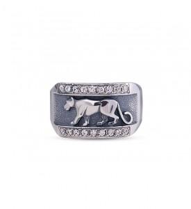 Кольцо из серебра с фианитами Пума (19037)
